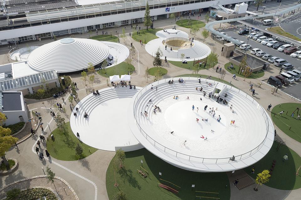 奈良・天理の駅前に、『nendo』佐藤オオキデザインの巨大〝コフン〞が誕生