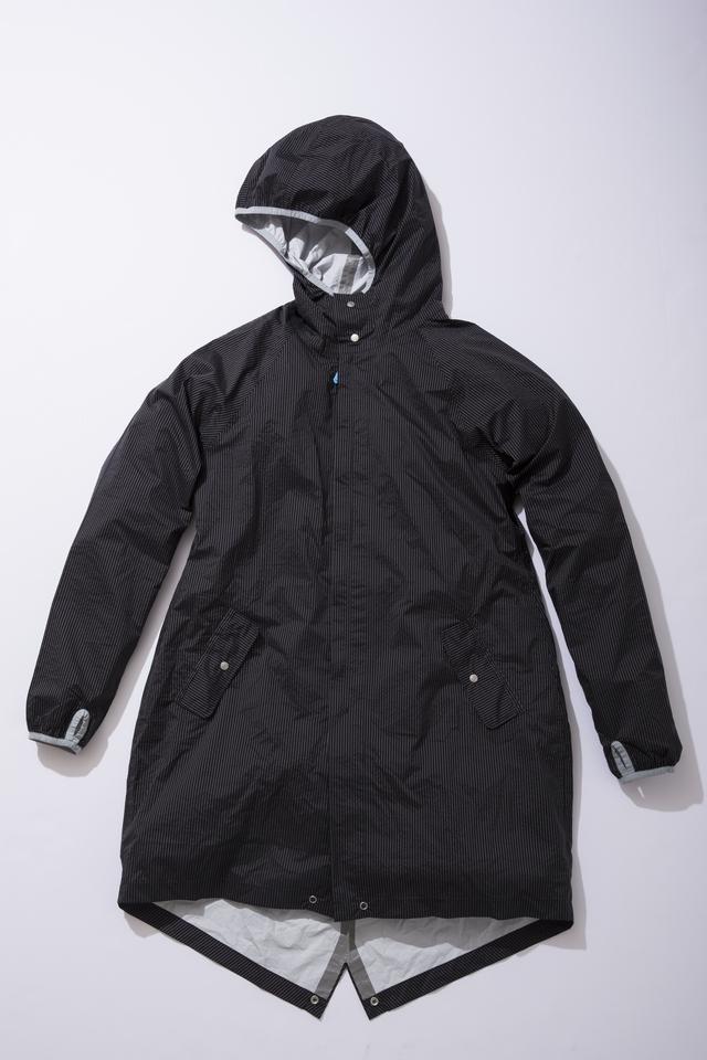 梅雨の季節に、スマートに洋服を守るレインコート