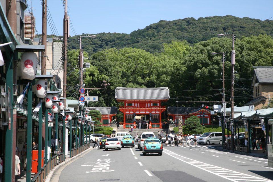 都の華やぎがいまもあふれる繁華街・四条通。<br>京都主要通り街歩きガイド