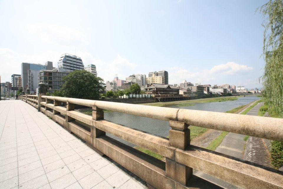 <b>秀吉によって東西を貫く幹線道になった五条通。</b><br>京都主要通り街歩きガイド