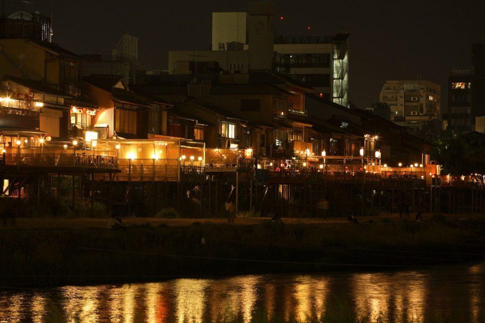 お茶屋が軒を連ねる京情緒豊かな花街・先斗町通。<br>京都主要通り街歩きガイド