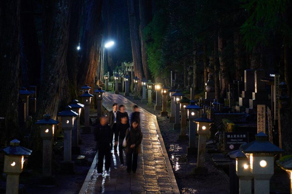 高野山の闇夜を歩くと宗教都市の全貌が見えてくる
