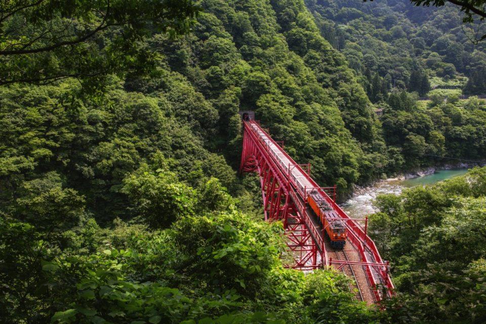 <b>絶景と名湯を求めてふらり途中下車</b><br>日本屈指の絶景鉄道、黒部峡…