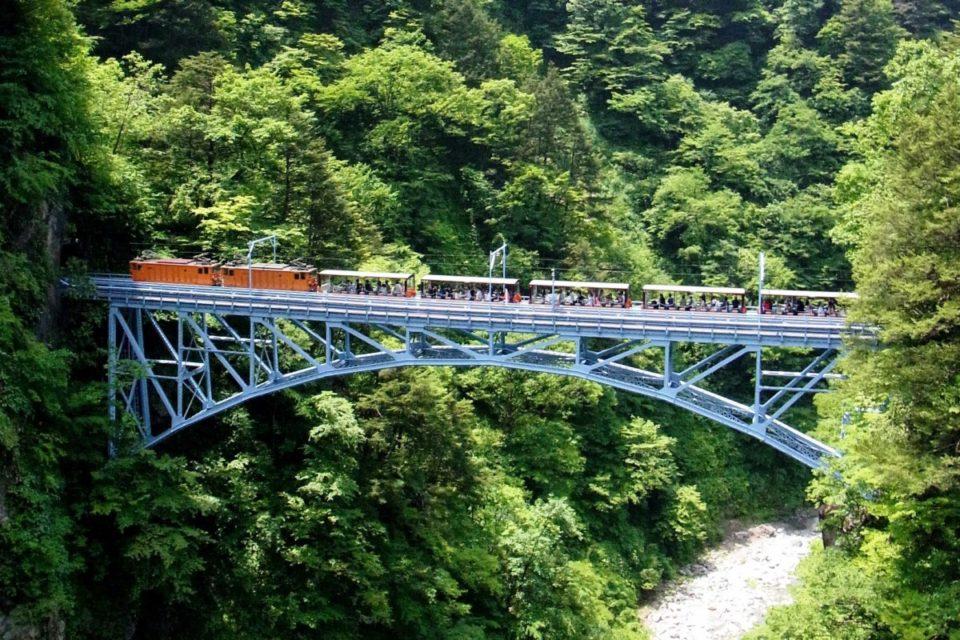 名湯に浸かり大自然と一体に。<br>日本屈指の絶景鉄道、黒部峡谷トロッコ電車の旅