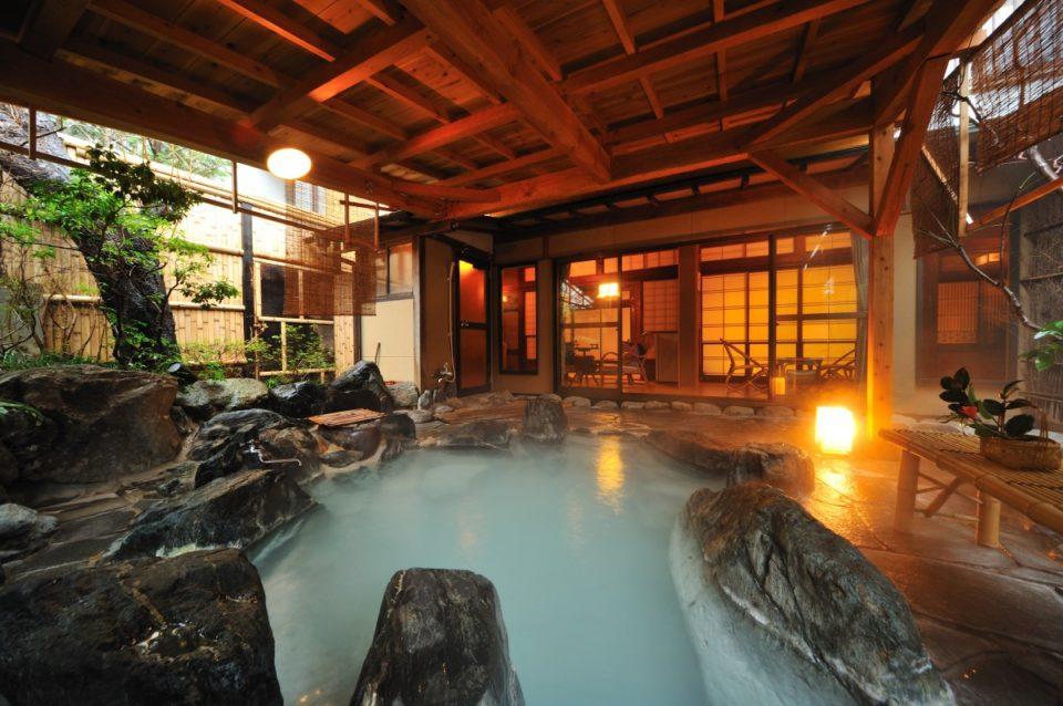 <b>歴史ある名湯と地酒を心ゆくまで楽しめる<br>岳温泉「お宿 花かんざし」</b>