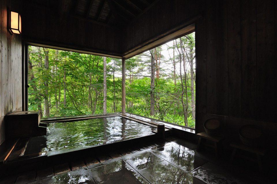 <b>緑の中の貸し切り風呂で草津の湯をひとり占め「つつじ亭」</b>