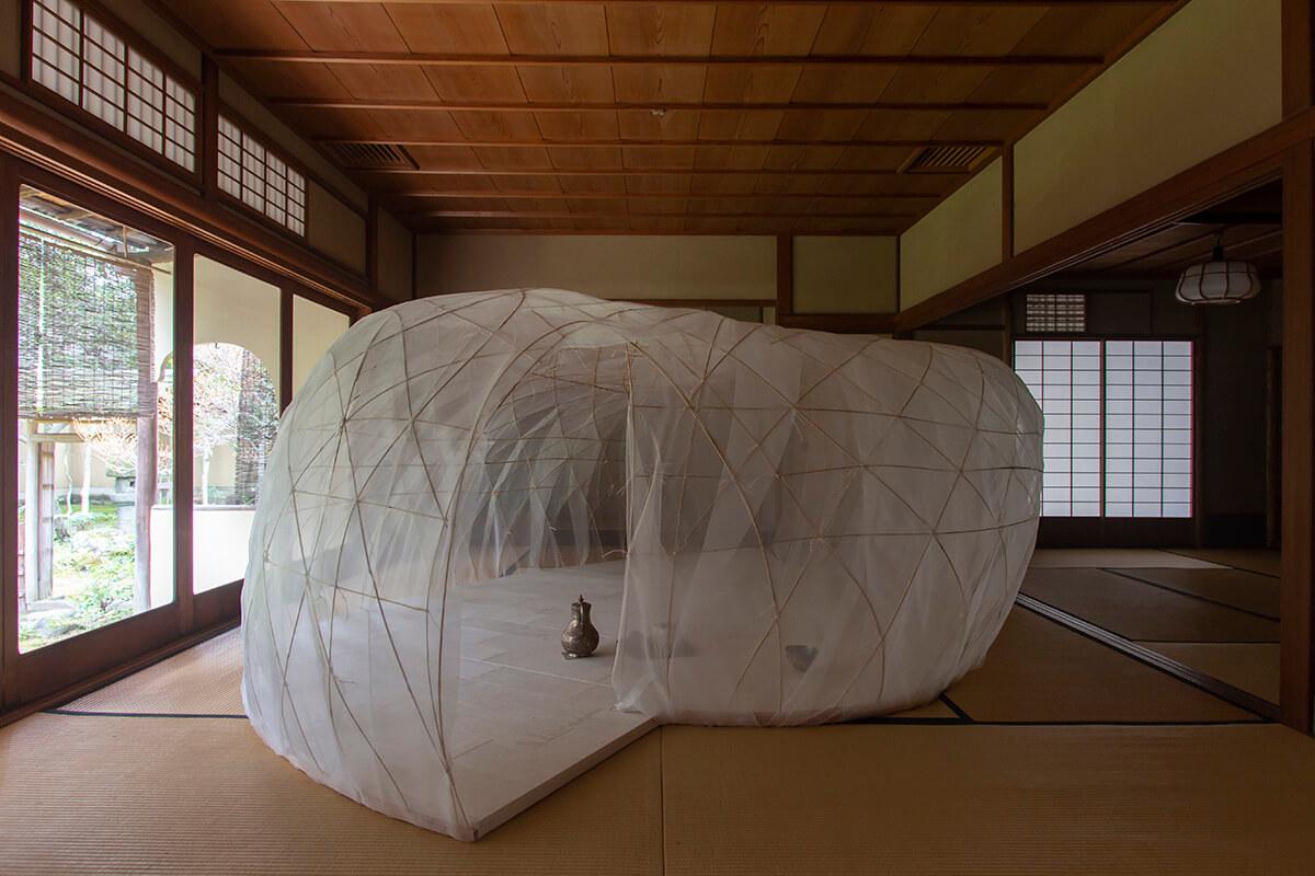 <b>京都の数寄屋に、巨大な繭が出現!?</b>
