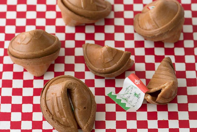 民芸の手業と遊び心を宿した食べる玩具<br/>『総本家 宝玉堂』の鈴煎餅<br>福田里香の民芸お菓子巡礼