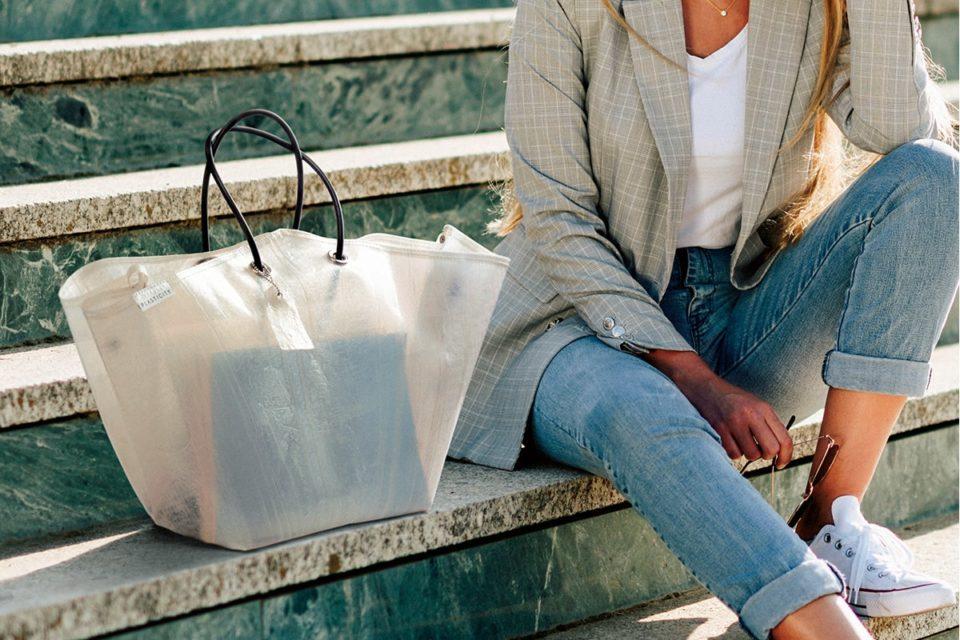 <b>廃棄されたビニール傘を再利用したバッグ<br>『PLASTICITY』</b>