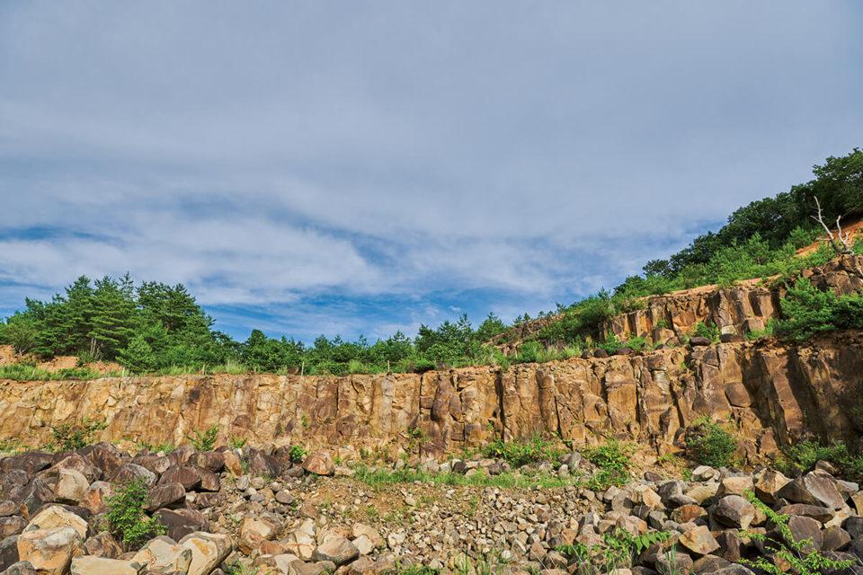 「伊達冠石」イサム・ノグチも魅了した伝説の石を求めて、宮城県の大蔵山スタジオへ