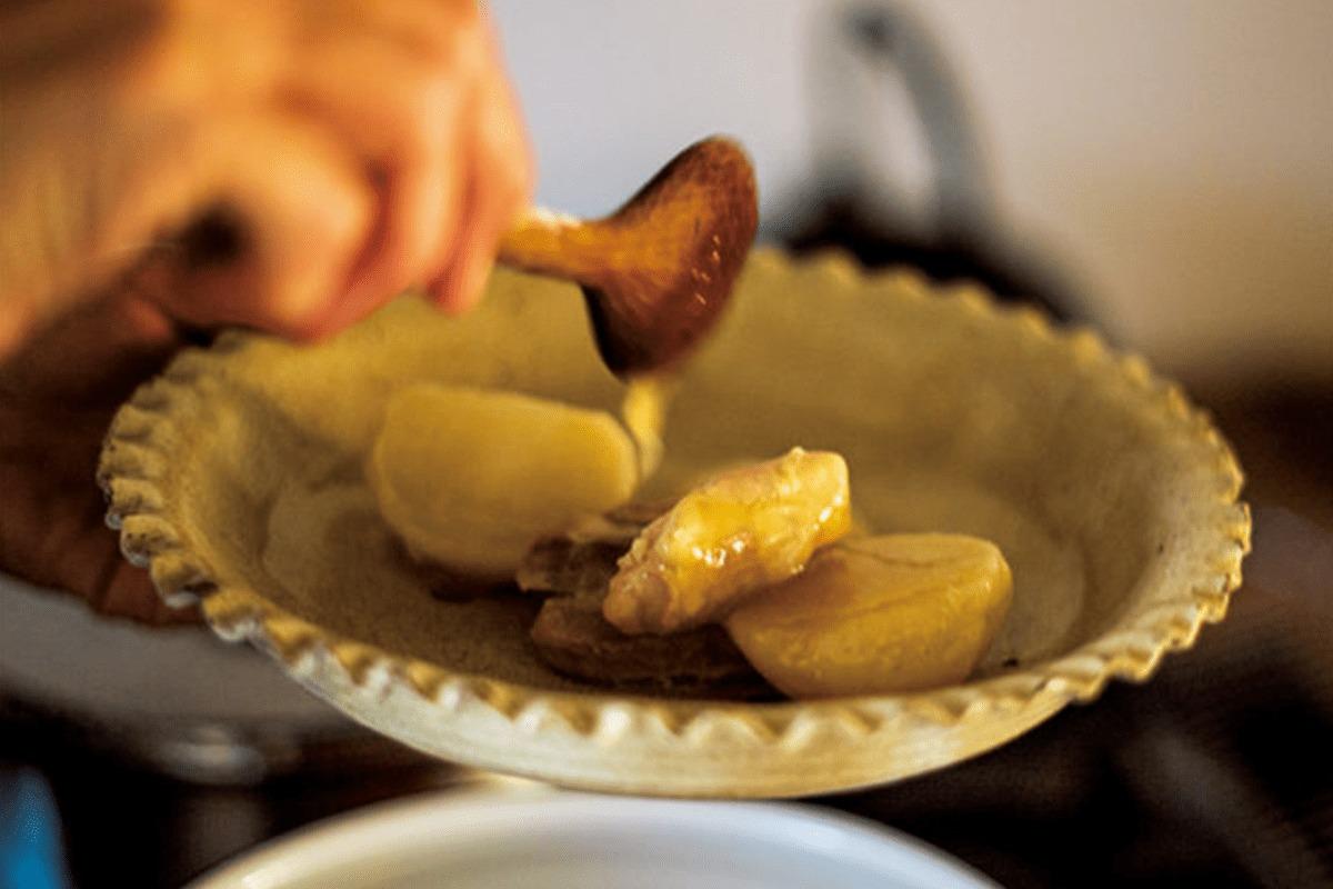 料理を格上げする御深井焼の鉢。<br><small>高橋みどりの食卓の匂い</small>
