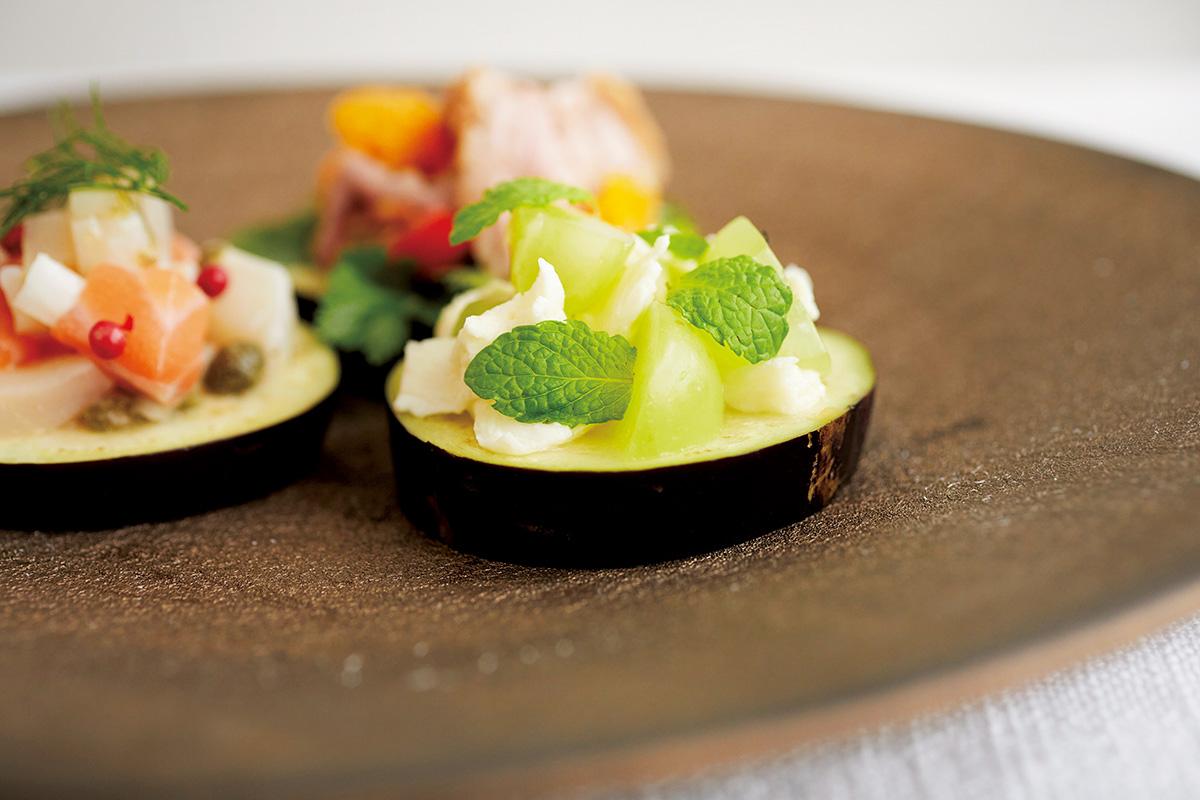 煌びやかなゴールドが食卓を彩る、青木良太さんの平皿<br><small>うつわで料理を楽しくするもりつけのデザイン。<small>