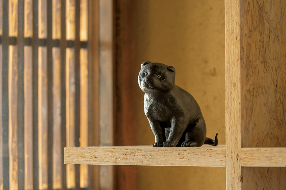 """京都を代表する""""カワイイ""""を連れ帰る<br>「三三屋」の高山寺の仔犬<br><small>買って帰りたい京都</small>"""