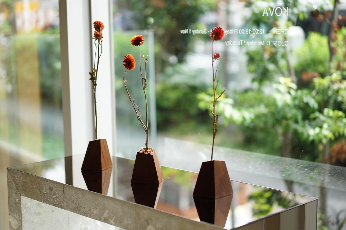 北欧発のインダストリアルウッドを京都の職人が手仕上げ。<br>ドライフラワーのための花器「KOVA」