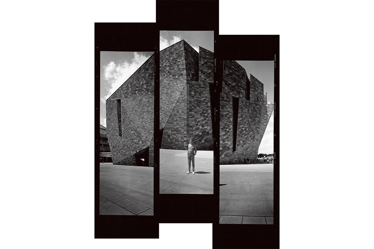 巨大な岩が大地の中から天に突き出してきた印象を与える「角川武蔵野ミュージアム」<br><small>隈研吾が暮らす神宮の杜</small>