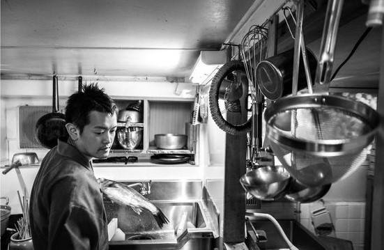 紹介制寿司屋「酢飯屋」岡田大介が、子ども向け寿司本『おすしやさんへいらっしゃい!』を出す理由
