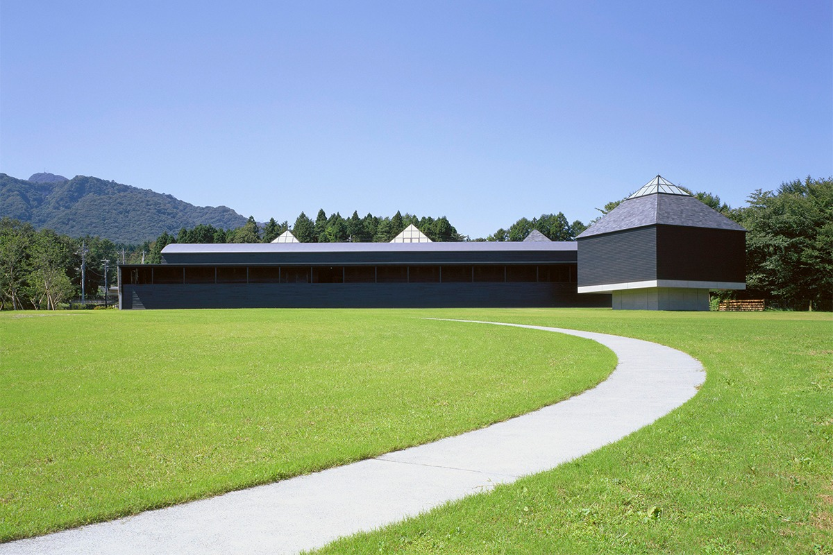 「原美術館ARC」原美術館が群馬に移転し、漆黒の磯崎新建築で新生スタート