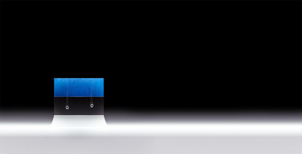 ロボットデザイナー・松井龍哉氏が手がける、本藍染ガラスアート「鳳凰の卵」を平等院に奉納